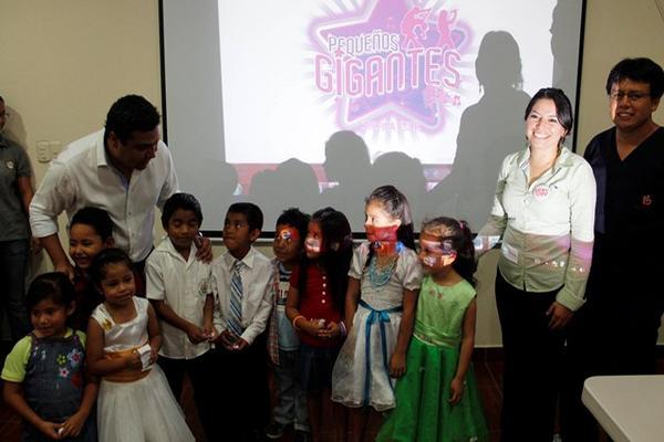 <p>Personal de la comuna, Fundación Teletón y estudiantes preparan programa. (Foto Prensa Libre: Carlos Grave)</p>