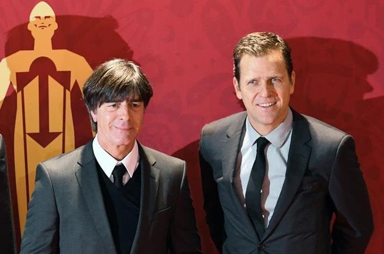 El entrenador de Alemania Joachim Loew junto al exfutbolista Oliver Bierhoff (Foto Prensa Libre: AFP).
