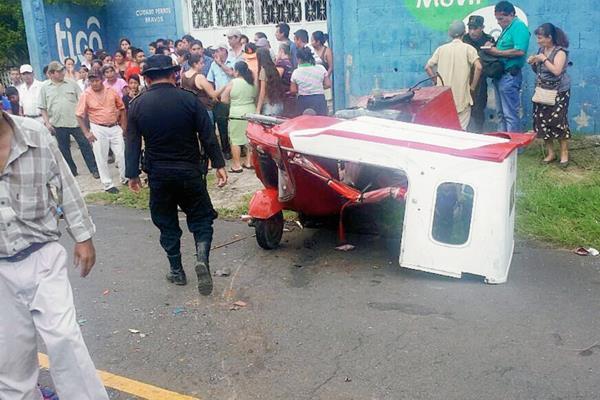 Mototaxi en el que viajaban las víctimas mortales y los heridos quedó destruido, en Flores Costa Cuca, Quetzaltenango. (Foto Prensa Libre: Alexánder Coyoy)