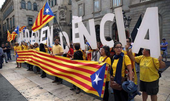 Grupos independentistas catalanes protestan en Barcelona.