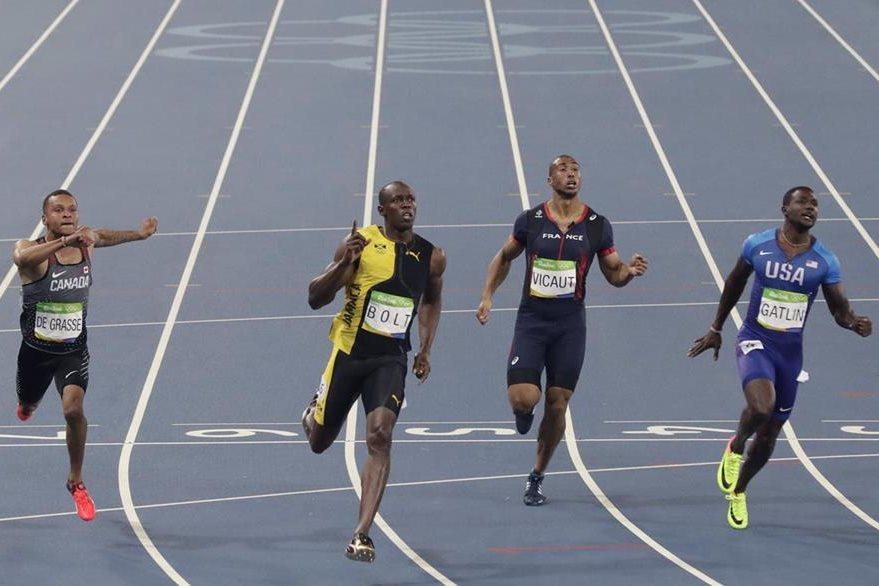 Bolt cruza la meta y reafirma el título. (Foto Prensa Libre: AP)