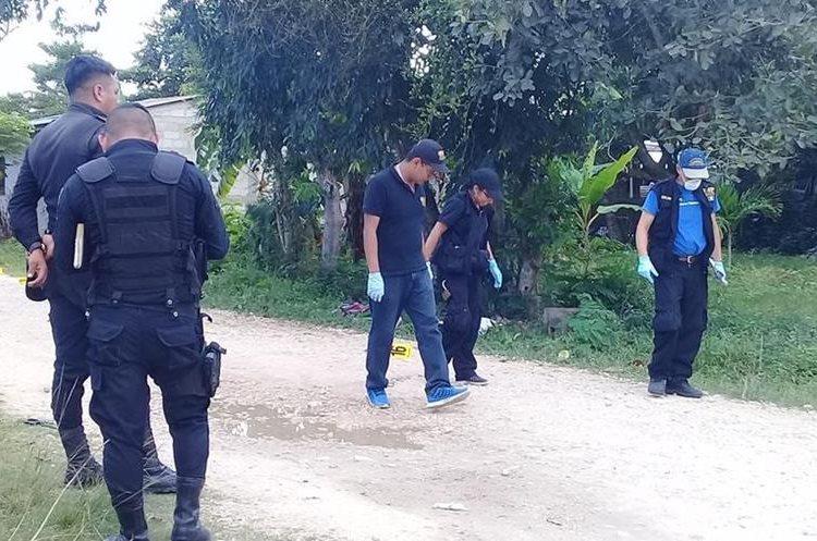 Individuos que se desplazaban en motocicleta, ultimaron a un menor de edad, crimen se registró en barrio El Panorama. (Foto Prensa Libre: Rigoberto Escobar)