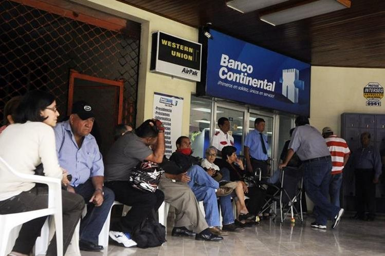 Clientes de Banco Continental esperan el ingreso a esa entidad financiera. (Foto Prensa Libre: EFE)