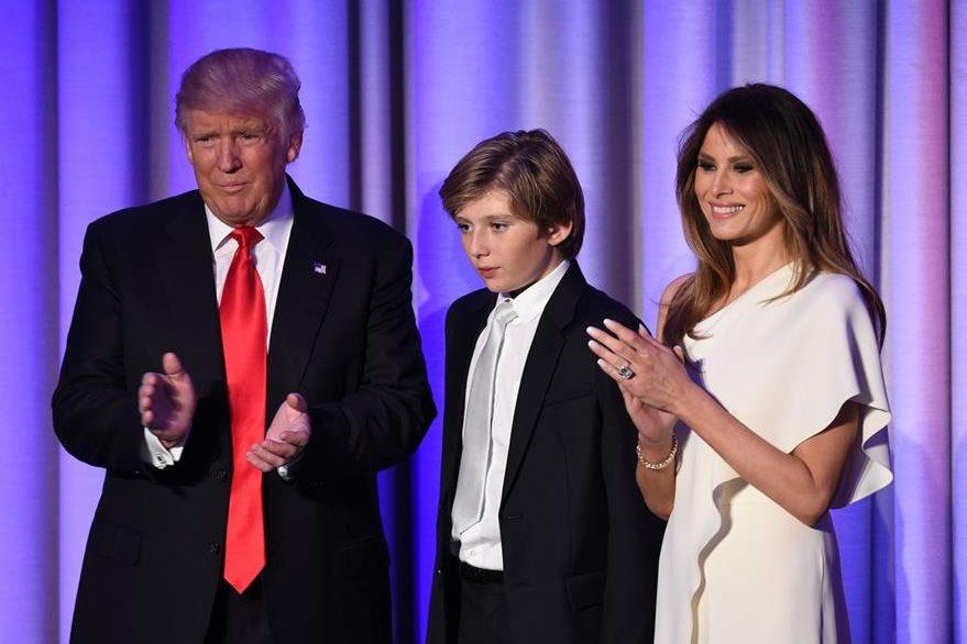 Donald Trump, su hijo, Barron, y su esposa, Melania. (AFP)