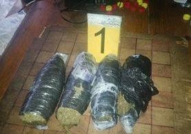 Cuatro bolsas con marihuana fueron halladas durante requisa en cárcel de Puerto Barrios. (Foto Prensa Libre: PNC)