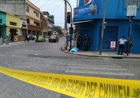 Un hombre quedo frente a una tienda donde testigos dicen que ingería bebidas alcohólicas. (Foto Prensa Libre: Estuardo Paredes)