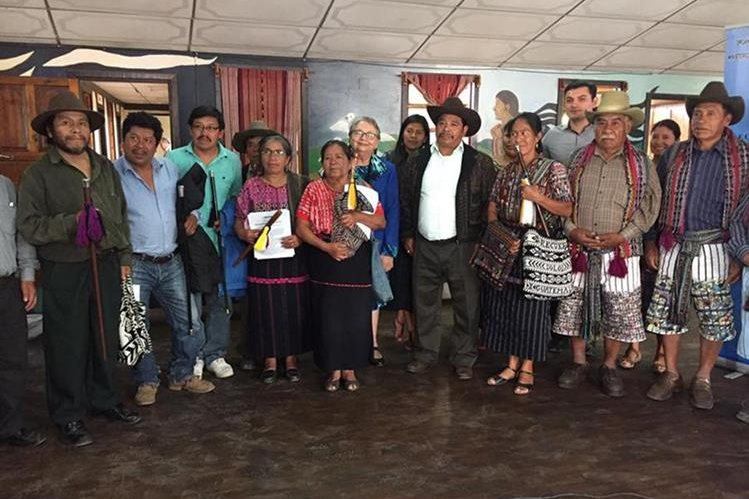 Líderes de varios municipios de Sololá, luego de asamblea en la que rechazaron la guía para consultas de los pueblos indígenas. (Foto Prensa Libre: Ángel Julajuj)