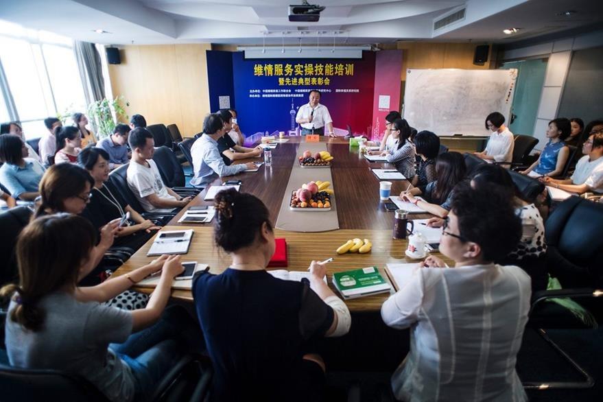 """Agentes """"aleja amantes"""", reciben una charla de preparación en la empresa Weiqing, con sede en Shangái, China. (Foto Prensa Libre: AFP)."""