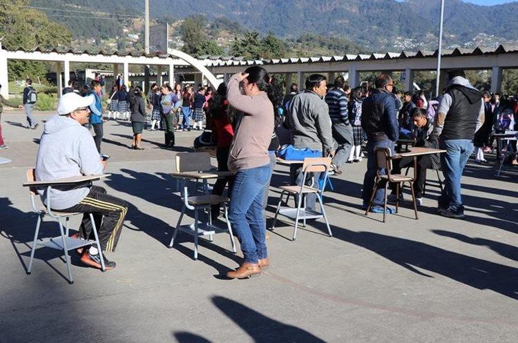 Ante el aumento de la demanda estudiantil, maestros solicitaron a los padres que compraran escritorios. (Foto Prensa Libre: Whitmer Barrera)