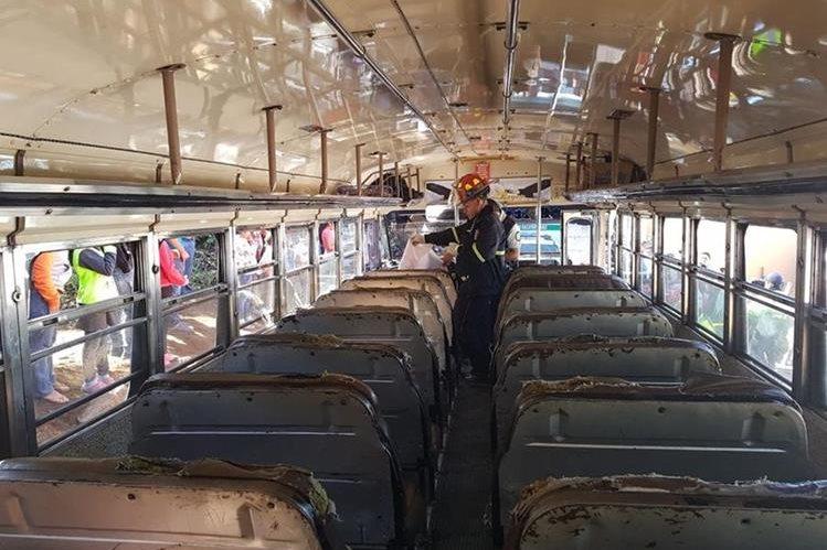 La víctima viajaba en el primer asiento del bus de los Transportes María Luisa, en San José Pacul, Santiago Sacatepéquez. (Foto Prensa Libre: Cortesía CBMD)