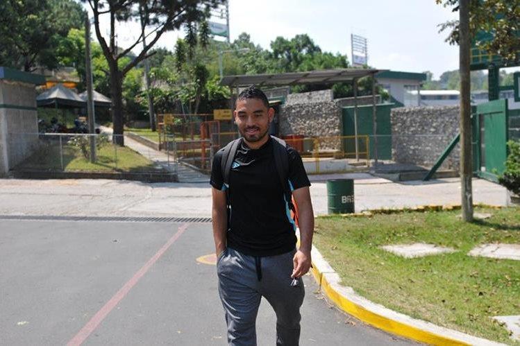 Bryan Ordóñez a su salida del entrenamiento de Comunicaciones que se alista para la semifinal contra Municipal. (Foto Prensa Libre: Gloria Cabrera)