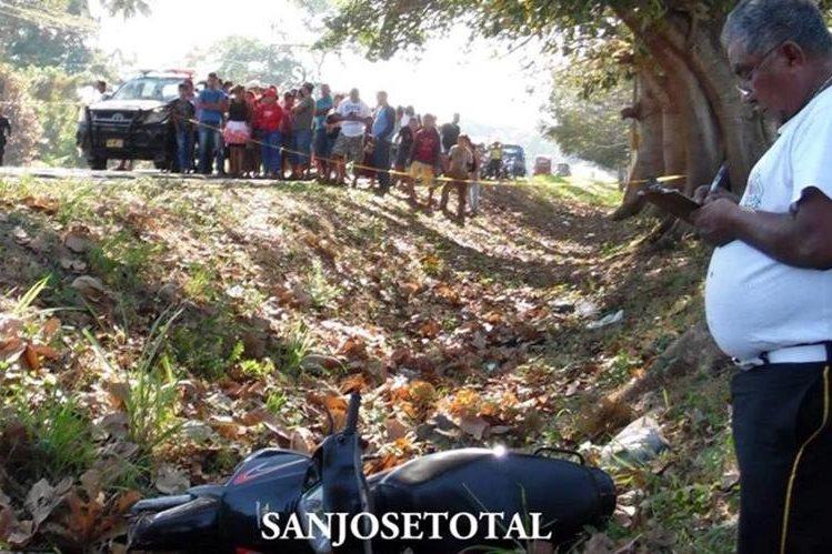 Lugar donde murieron baleadas dos personas en la ruta antigua a Puerto San José. (Foto Prensa Libre: Tomada del Facebook San José Total).