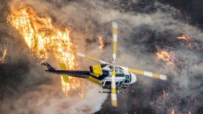 El lujoso barrio de Bel Air, en Los Ángeles, se vio sorprendido por las llamas en la madrugada de este miércoles. EPA