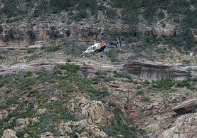 Brigadas de rescate buscan a víctimas arrastradas por las correntadas en Arizona. (Foto Prensa Libre: AP)