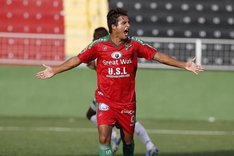 Angelo Padilla festeja uno de sus goles con el Carmelita de Costa Rica. (Foto Prensa Libre: Hemeroteca)