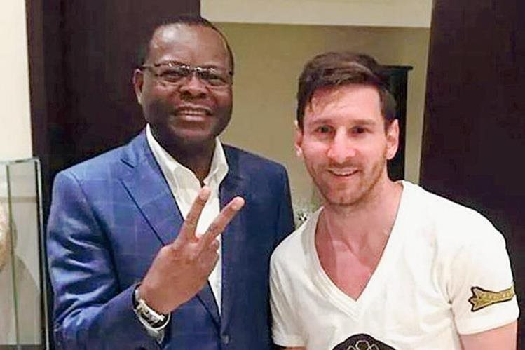 El presidente de Gabón junto con Lionel Messi en su visita. (Foto Prensa Libre: Redes Sociales)
