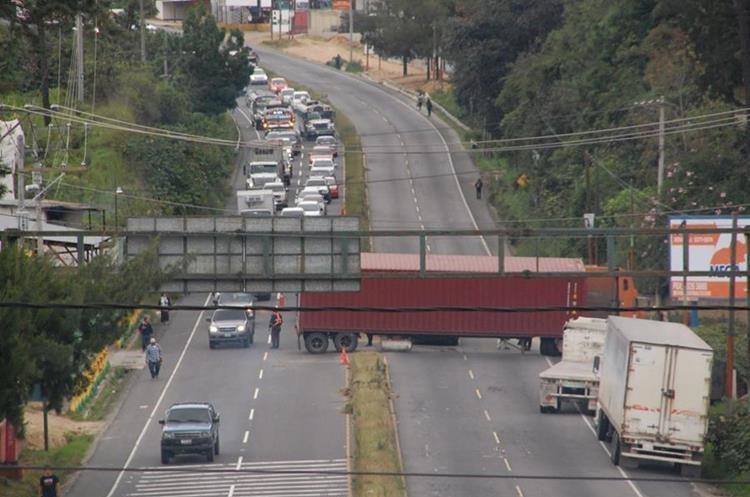 Tráiler en el km 40 de la ruta Interamericana bloqueó el paso de vehículos.