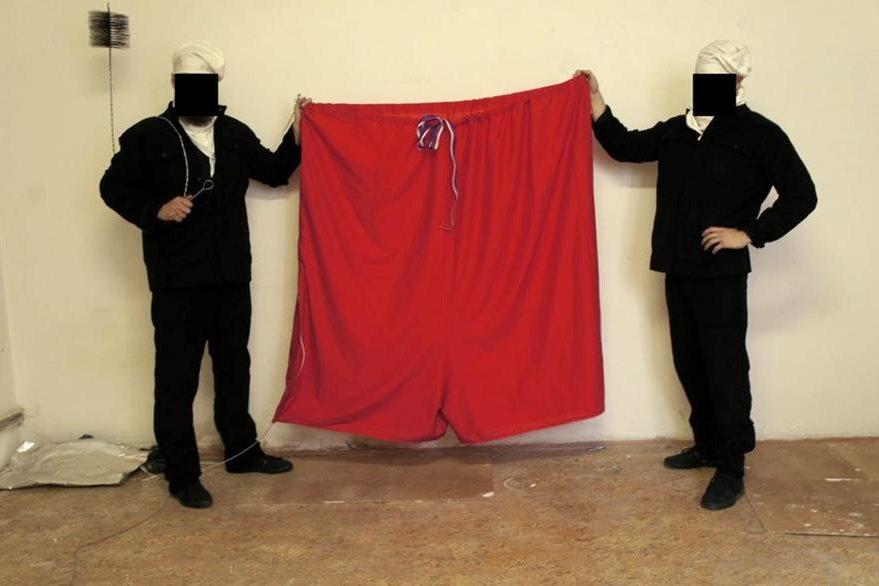 Un grupo de bromistas muestran la bandera que cambiarán en el palacio presidencial de Praga. (Foto Prensa Libre: EFE)