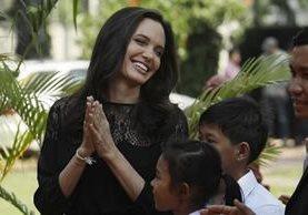 La actriz Angelina Jolie hace su primera aparición pública luego de su ruptura con Brad Pitt, ella llegó a Camboya. (Foto Prensa Libre: AP)