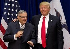 Donald Trump está acompañado por Joe Arpaio,(i) en mitin en Marshalltown, Iowa.(AFP).