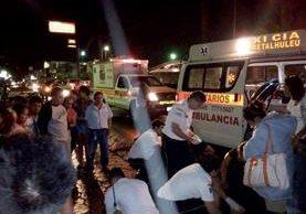 Los heridos son trasladados por socorristas al Hospital Nacional de Retalhuleu.(Foto Prensa Libre: Rolando Miranda)