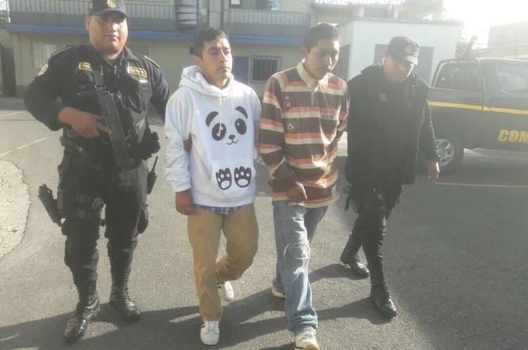 Presuntos asaltantes capturados en zona 5. Les decomisaron un revolver calibre 38. (Foto Prensa Libre: PNC)