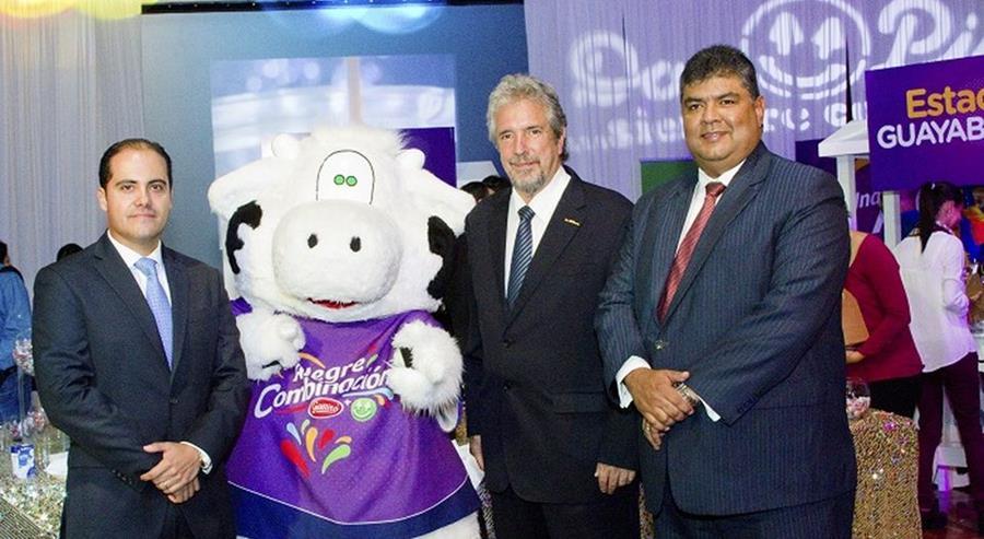 Directivos de las empresas durante el anuncio de la compra venta. (Foto Prensa Libre: nacion.com)
