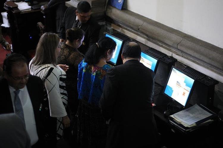 Diputados marcan asistencia en ingreso al pleno a para participar de sesión plenaria. (Foto Prensa Libre: Esbin García)