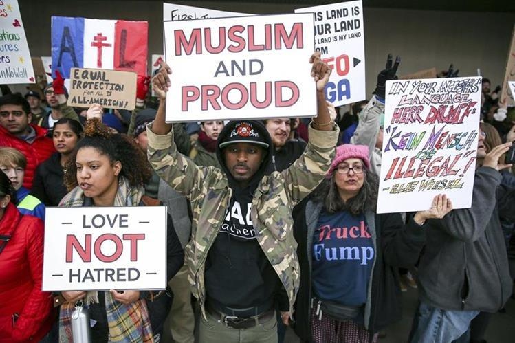 Protesta en el aeropuerto de Atlanta, Estados Unidos, contra Trump. (Foto Prensa Libre: AP)