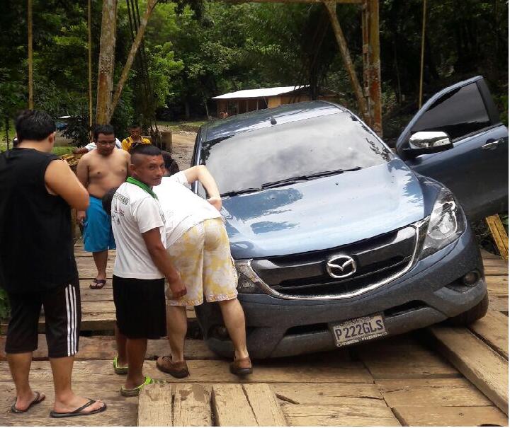 Los vecinos señalan falta de atención en las carretas que llevan a los sitios turísticos, como Semuc Champey, a donde para llegar se debe cruzar un puente en mal estado. (Foto Prensa Libre: Eduardo Sam)