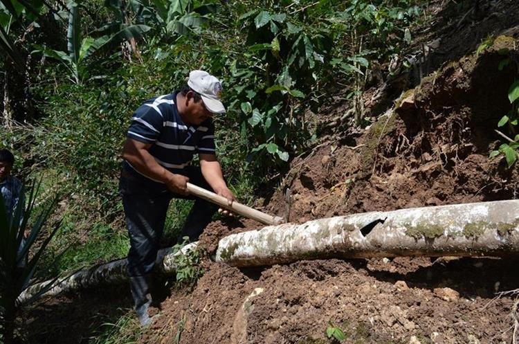 Un trabajador municipal repara la tubería que fue dañada por vándalos en el caserío El Limón, Santa Rosalía. (Foto Prensa Libre: Mario Morales)