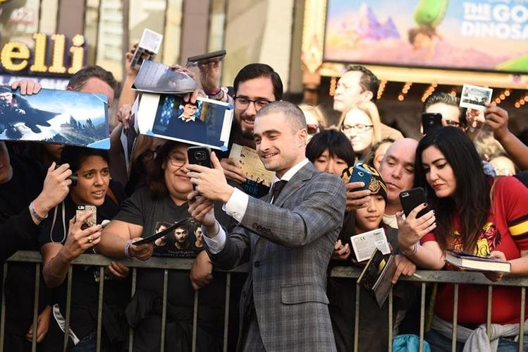 El actor juvenil se toma fotos con fanes durante la entrega de la estrella (Foto Prensa Libre: AFP).