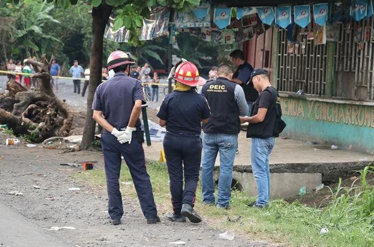 Investigadores reúnen evidencias en el lugar del ataque. (Foto Prensa Libre: Enrique Paredes).