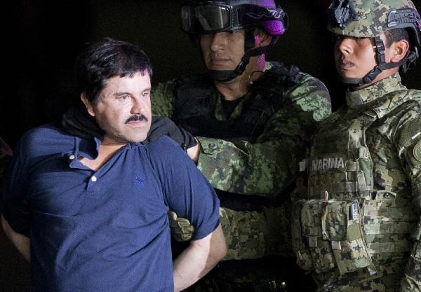 """Joaquín """"el Chapo"""" Guzmán es traslado por soldados en el estado de Sinaloa."""