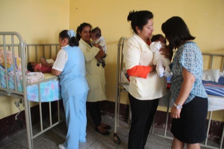Personal del Centro de Recuperación Nutricional del Hospital Regional de Huehuetenango cuida a bebés abandonados. (Foto Prensa Libre: Mike Castillo).