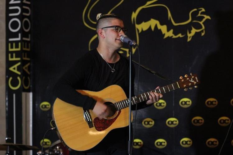 Diego Guzmán durante su participación con guitarra durante el certamen de talla mundial. (Foto Prensa Libre: Mike Castillo)