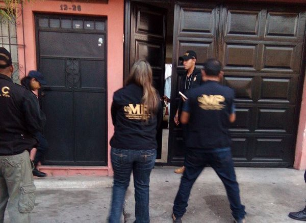 Fiscales coordinan el allanamiento por irregularidades en remodelación de comisarías de la PNC. (Foto Prensa Libre: Cortesía MP)