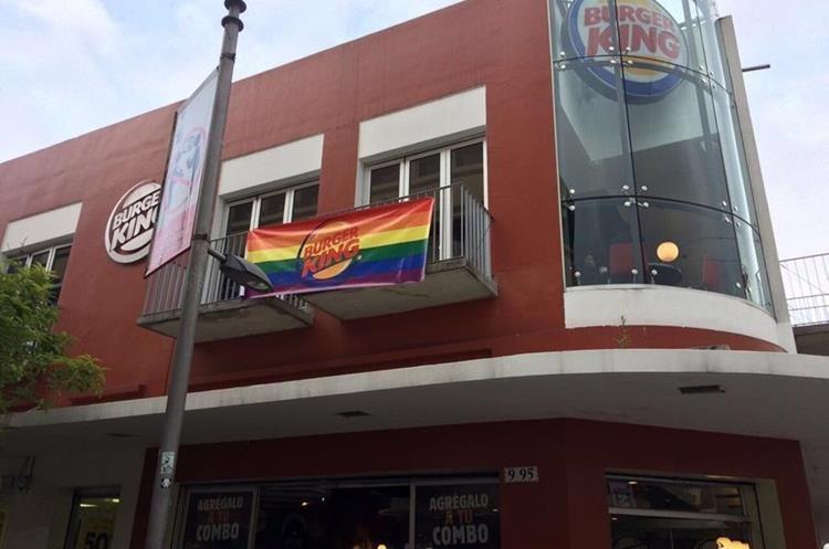 Restaurantes ubicados en la Sexta Avenida de la Zona 1 colgaron banderas en apoyo a comunidad LGBT (Foto Prensa Libre: Gay Guatemala)