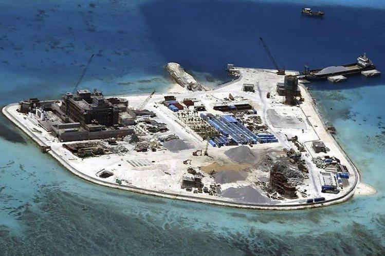 Vista panorámica de una de las islas del archipiélago paracel en el arrecife de Mabini donde China construía unas instalaciones el 18 de febrero del 2015. (Foto Prensa Libre: EFE).