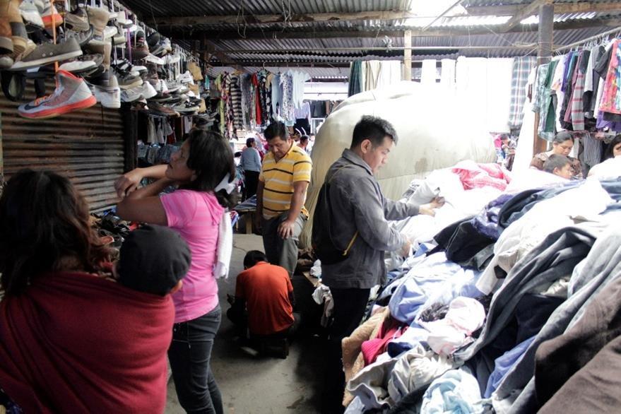 Los clientes  buscan lo que necesitan entre la mercadería que se ofrece en ventas de ropa usada. (María José Longo)