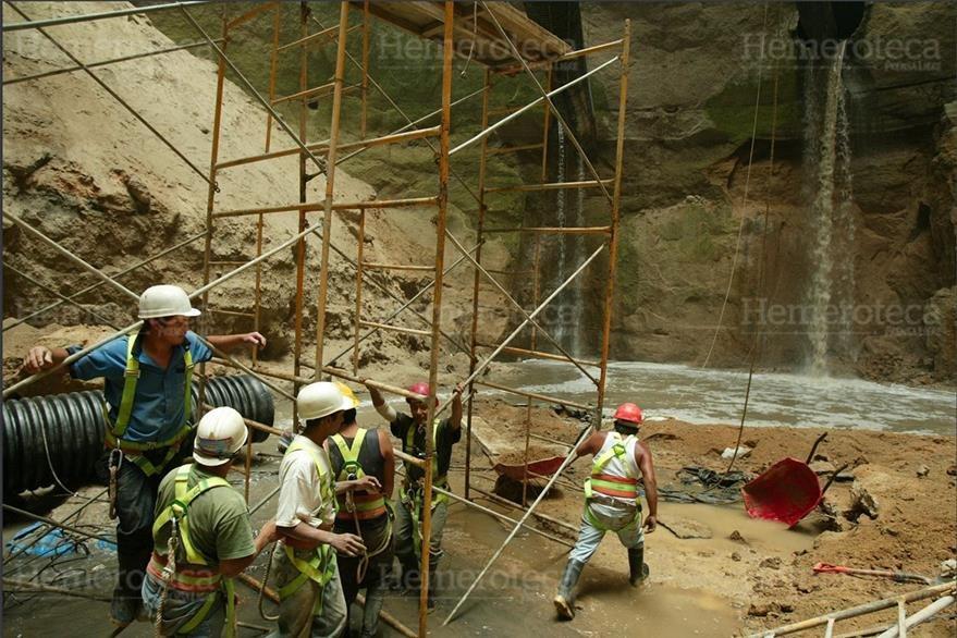 28/08/2007 Trabajos en hundimiento del Barrio San Antonio, zona 6, se retrasan  debido a una tubería. (Foto: Hemeroteca PL)