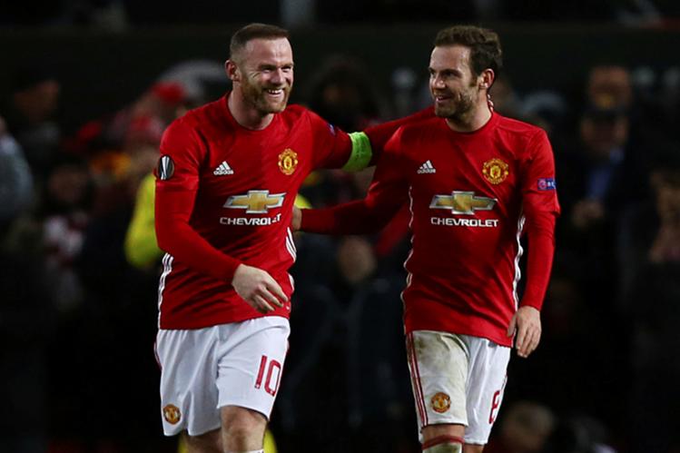 Wayne Rooney, izquierda, celebra con Juan Mata el triunfo del Mánchester United en la Liga Europa. (Foto Prensa Libre: AP)