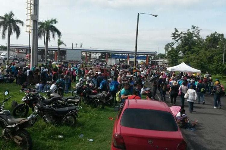 Frente a Puerto Quetzal los maestros se han apostado y no dejan pasar a los vehículos pesados.