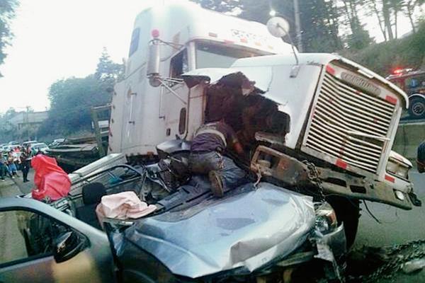 """Los bomberos utilizaron la denominada """"Quijada de la vida"""" para rescatar a un menor del vehículo ( Foto Prensa Libre: Depto de Tránsito)"""