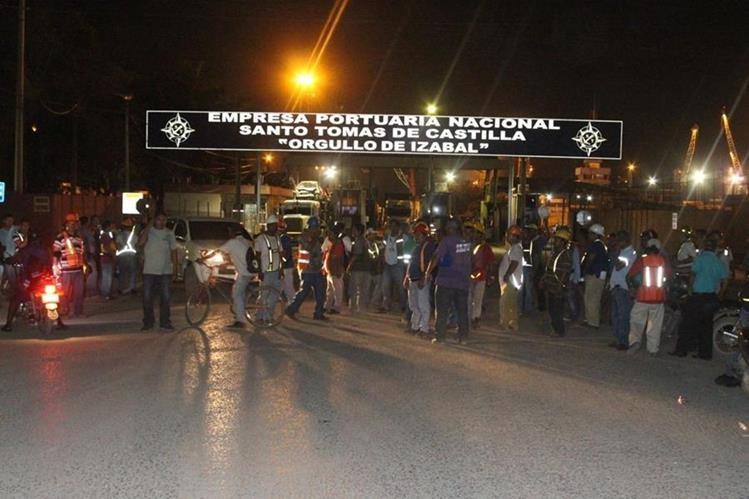 Unas 350 personas efectúan plantón pacífico e impiden el ingreso a la empresa portuaria Santo Tomás de Castilla. (Foto Prensa Libre: Donny Stewart)