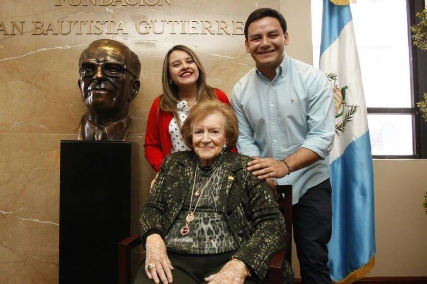 Isabel Gutiérrez de Bosch, presidenta del programa, junto a dos estudiantes becados. (Foto Prensa Libre: Paulo Raquec)