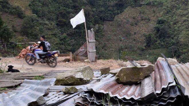 Una bandera blanca ondea en una zona de histórica presencia de las FARC en el centro de Colombia, en días recientes. Ya rige en el país un cese el fuego bilateral y definitivo entre el Estado y ese grupo guerrillero. AFP