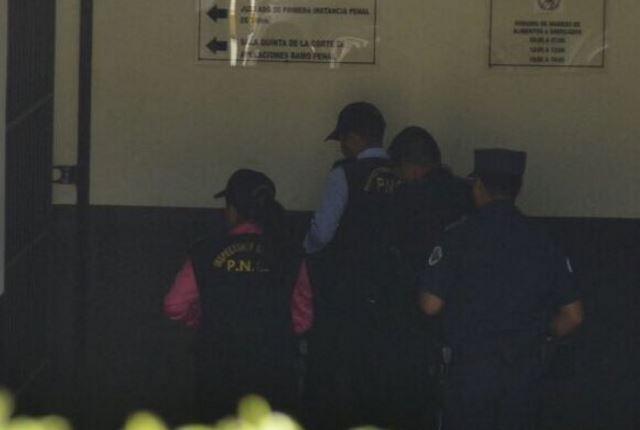El policía fue denunciado por los propietarios de los papeles este viernes. (Foto Prensa Libre: Stereo100)