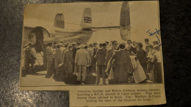 Un recorte de periódico con una foto del último vuelo que salía de Cairo. En ella sale Jennifer, marcada en azul por su madre.