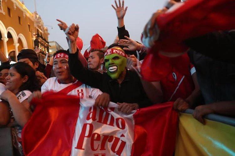 LIM33. LIMA (PERÚ), 05/10/2017.- Hinchas peruanos observan el partido entre Perú y Argentina hoy, jueves 5 de octubre del 2017, por las eliminatorias para el mundial de Rusia 2018, en la Plaza de Armas de la ciudad de Lima (Perú). EFE/Ernesto Arias